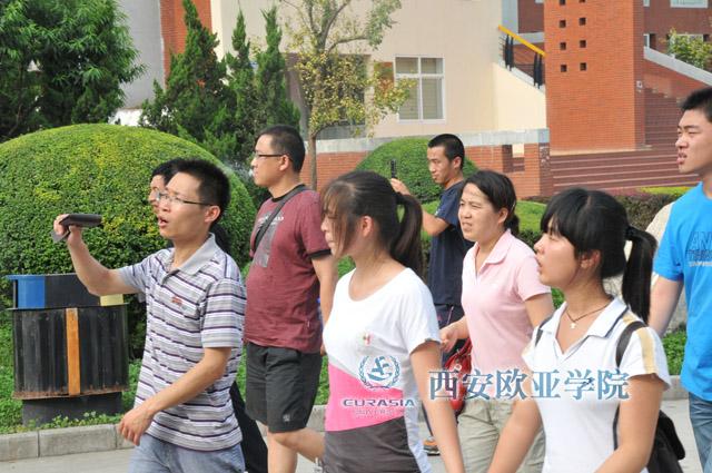陕西周边地区高考生来西安欧亚学院参观咨询