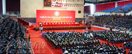 本站讯 又是一年芳草绿,又到一年毕业时。6月26日上午,中国海洋大学2012届研究生毕业典礼暨学位授予仪式在崂山校区综合体育馆隆重举行。本届共有298位博士研究生和2771位硕士研究生分别取得了博士、硕士学位。       校学位评定委员会主席、校长吴德星教授在典礼上作了饱含深情的讲话。他说,海洋作为支撑人类可持续发展的资源宝库和巨大空间,如何科学开发、保护和利用好海洋,成为实现中华民族伟大复兴面临的艰巨任务。国家和社会对海洋的重视正日益加强,包括中国海洋大学在内的涉海科教单位和企业已经迎来前所未有的