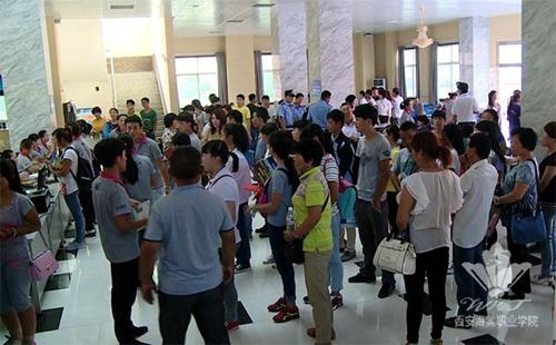 西安海棠职业学院迎接新生现场气氛火爆