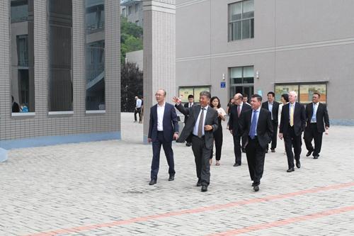 dst system公司高层参观大连东软信息学院图片