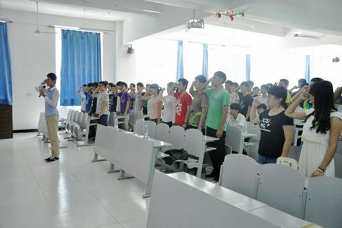 6月5日,华北理工大学轻工学院在丰润校区2102教室举行新团员入团