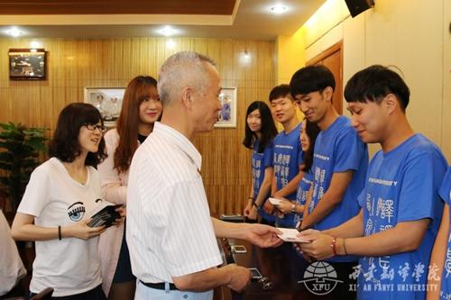 沈院长为19名留学生颁发学生证及校徽