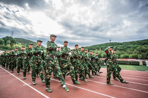 大连东软信息学院举行2015级新生军训总结大会图片