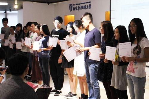 """飔参加了""""苏州2015探索中国夏令营""""活动,与来自11个国家的志愿"""