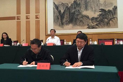 """邹川宁副主任(左)与李巍然副校长(右)代表双方签署关于合作建立""""青岛"""