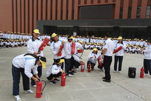 西安培华学院/学生现场学习使用消防器材(灭火器,消防栓,消防水带)